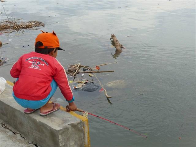 Palu_kid_fishing